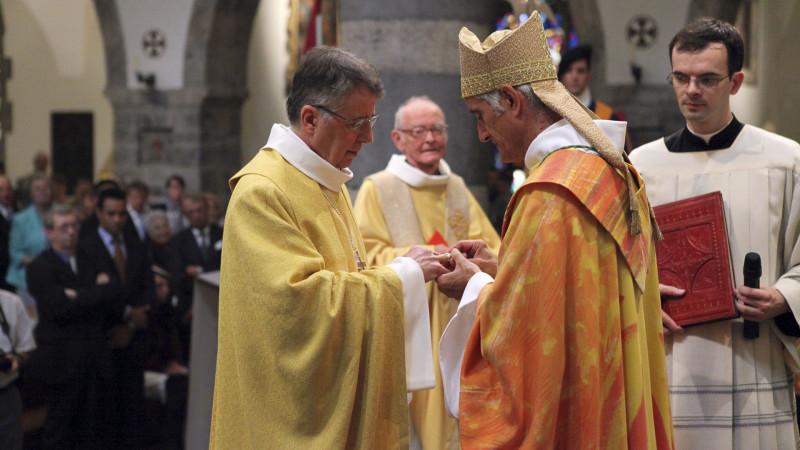 Jean Scarcella reçoit l'anneau pontifical. (Photo: Bernard Hallet)