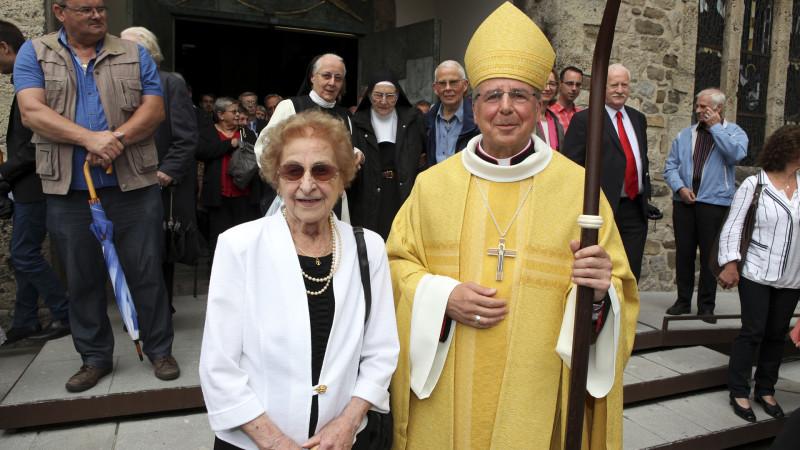 Mgr Jean Scarcella pose avec sa maman. (Photo: Bernard Hallet)