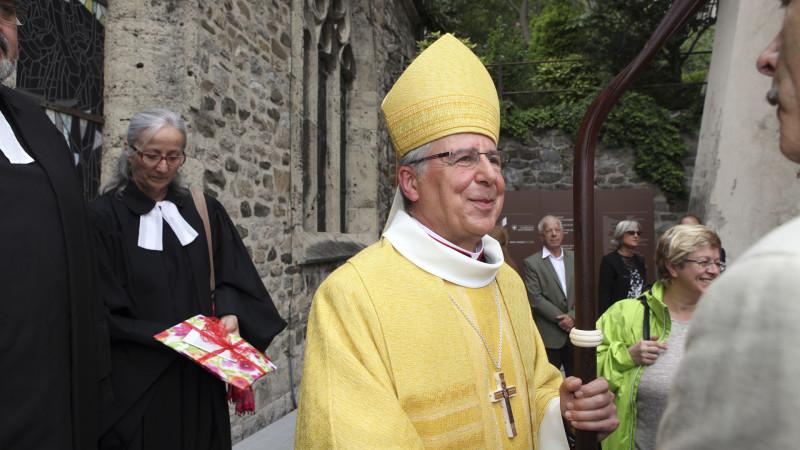 Jean Scarcella salue les fidèles venus le féliciter (Photo: Bernard Hallet)