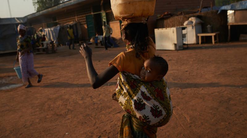 Une jeune déplacée porte son enfant dans un camp de réfugiés de Bossangoa au Centrafrique (Photo: Flickr/UNHCR/CC BY-NC 2.0, 2013)