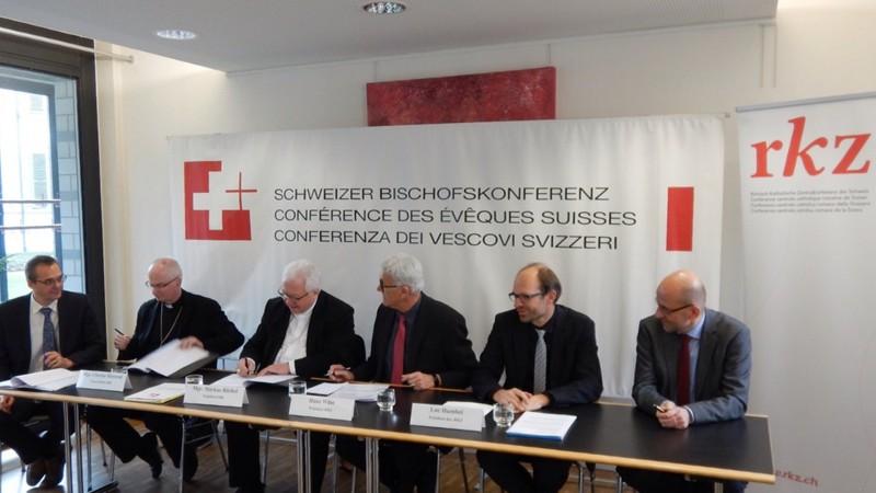 Signature de la Convention de collaboration entre la Conférence des évêques suisses (CES) et la Conférence centrale catholique romaine de Suisse (RKZ) (Photo:  Walter Muller, CES)