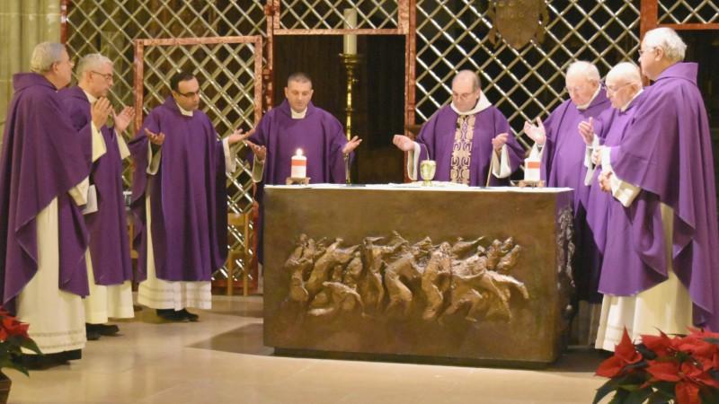 Le Père Jacques Mourad récite le Notre Père en araméen, la langue du Christ, à la cathédrale Saint-Nicolas de Fribourg (Photo:  Jacques Berset)