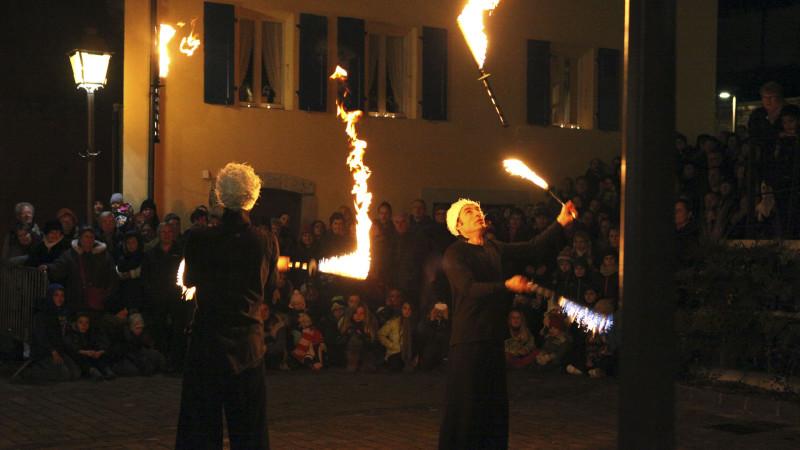 Les jongleurs, maîtres du feu, ont enchanté la place. (Photo: B. Hallet)