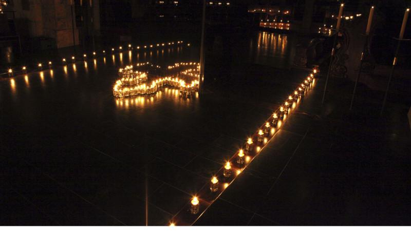 Les lumignons ont donné une toute autre perspective à la basilique. (Photo: B. Hallet)