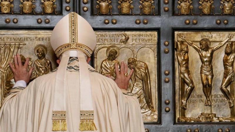 8 décembre 2015, le pape François ouvre la Porte sainte de la basilique Saint-Pierre. (Photo: Keystone)