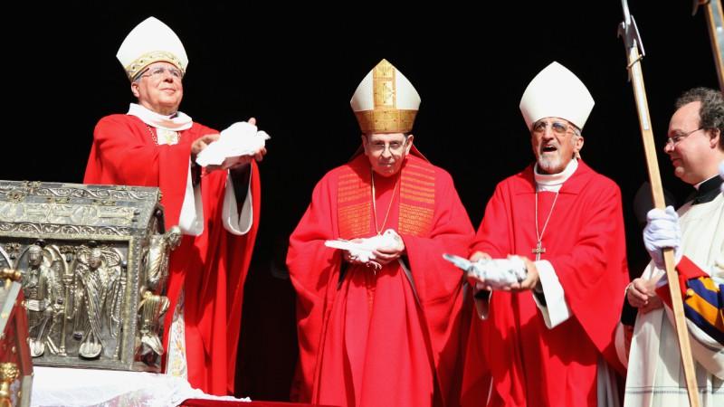 Le 22 septembre 2015, jour des 1500 ans de l'Abbaye de Saint-Maurice, Joseph Roduit (à dr.) s'apprête à lâcher une colombe avec Mgr Jean Scarcella (à g. ) et le cardinal Kurt Koch. (Photo: B. Hallet)