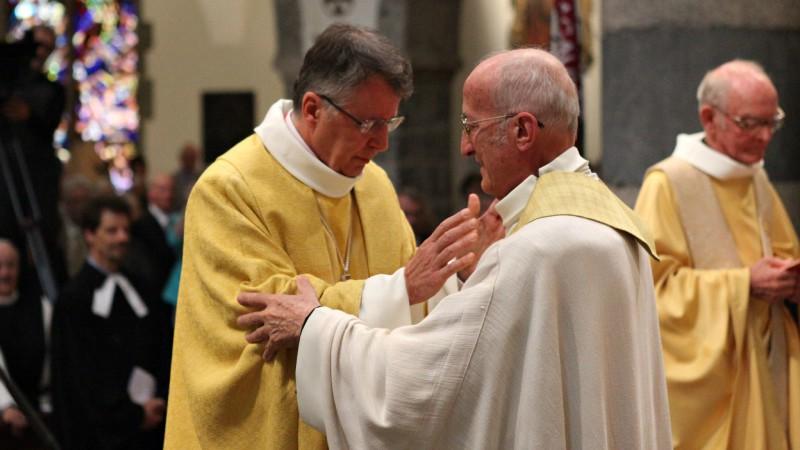 Le 1er août 2015, le jour de sa bénédiction abbatiale, Jean Scarcella reçoit l'accolade de Mgr Joseph Roduit. (Photo: B. Hallet)