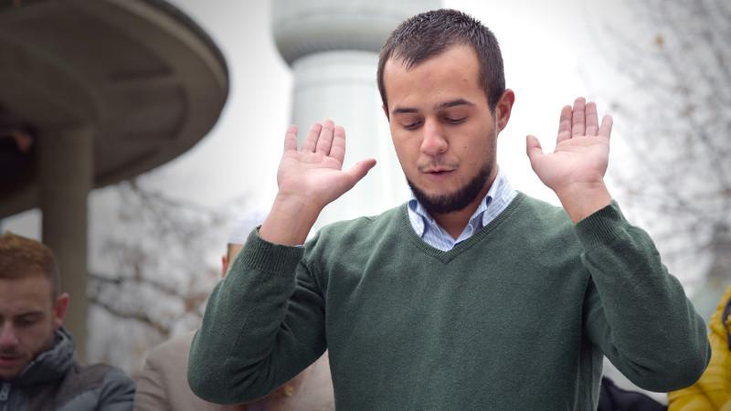 des musulmans en prière sur la place Python de Fribourg, 29.11.14 (Photo: Pierre Pistoletti)