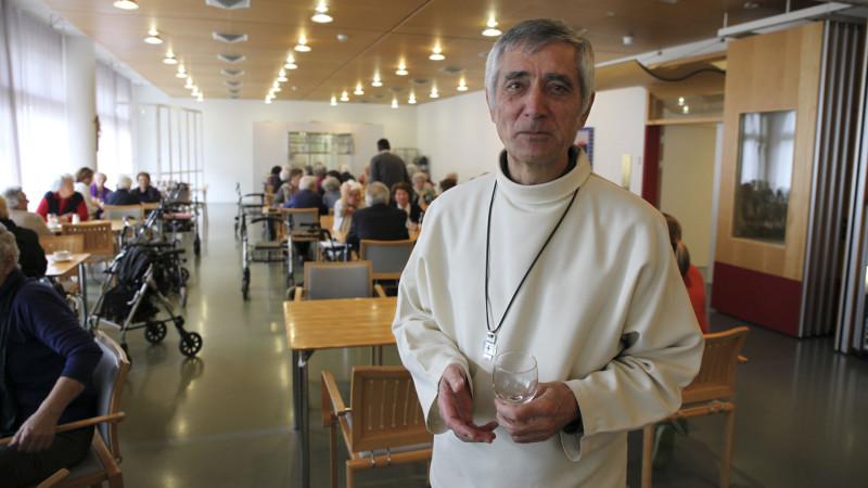 """Mgr Jean-Marie Lovey, évêque de Sion, lors de sa visite au home """"Englischgruss"""" à Brigue. (Photo: B. Hallet/cath.ch)"""