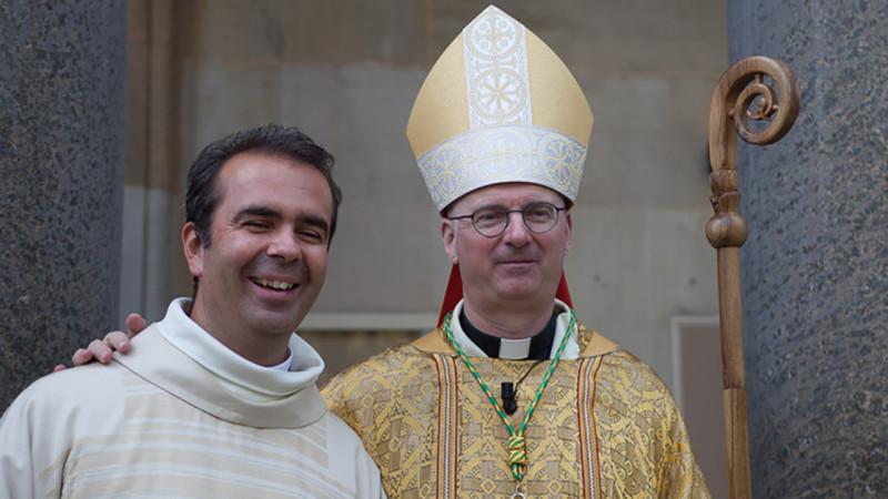 L'abbé Pascal Desthieux, vicaire épiscopal à Genève, aux côtés de Mgr Charles Morerod, évêque de LGF  (Photo paroisse Sainte-Thérèse - GE)