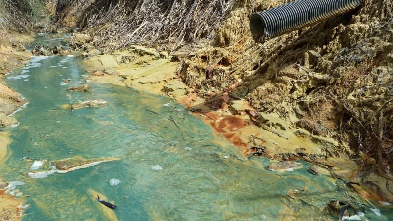 L'exploitation minière pollue l'eau de la rivière Rively près de Johannesburg. (©Pain pour le prochain/Daniel Tillmanns)