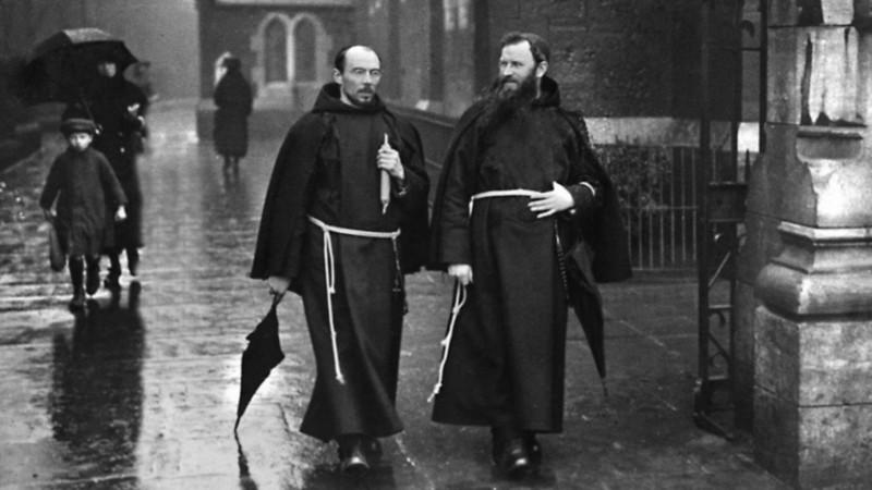 Le capucin Albert Bibby (à gauche)  (1877-1925) assista  le membres de la rébellion irlandaise  (photo domaine public)