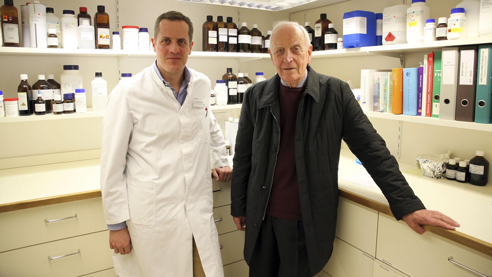 Brig le 15 mars 2016. Le docteur Alain Guntern et son père, Robert qui a élaboré la formule de l'huile que la pharmacie fournit à l'évêché de Sion. (Photo: B. Hallet)