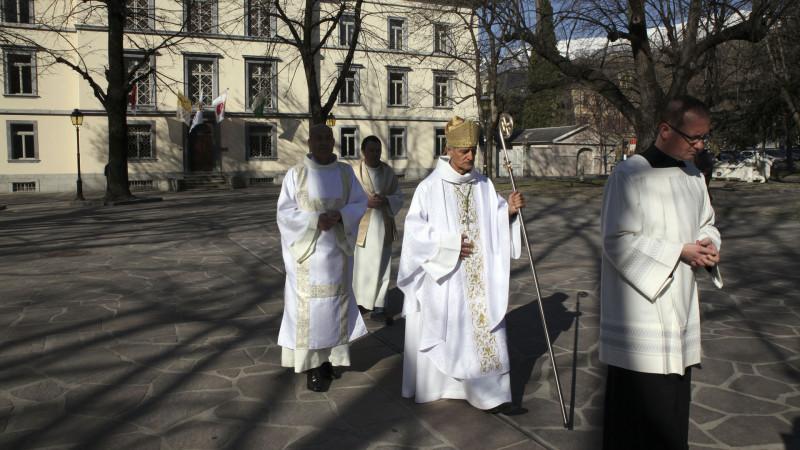 Sion le 24 mars 2016. Mgr Jean-Marie Lovey ferme la procession lors de la messe chrismale du Jeudi saint à la cathédrale de Sion. (Photo: Bernard Hallet)