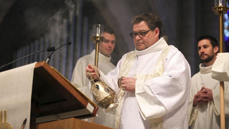 Sion le 24 mars 2016. Messe chrismale à la cathédrale de Sion. Le diacre Lionel Girard a lu l'Evangile. (Photo: Bernard Hallet)
