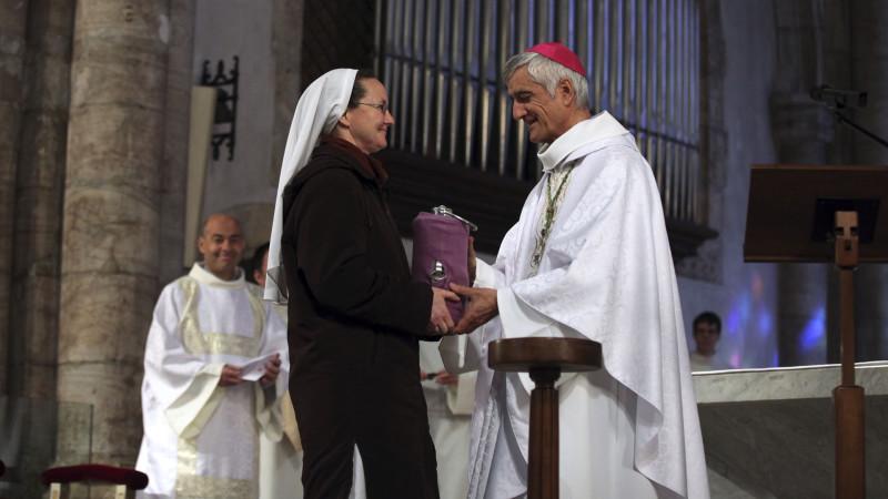 Sion le 24 mars 2016. Messe chrismale. Mgr Lovey reçoit l'huile des malades pour la bénir. (Photo: Bernard Hallet)