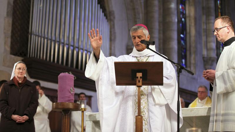 Sion le 24 mars 2016.  Mgr Jean-Marie Lovey bénit l'huile des malades lors de la messe chrismale du Jeudi saint. (Photo: Bernard Hallet)
