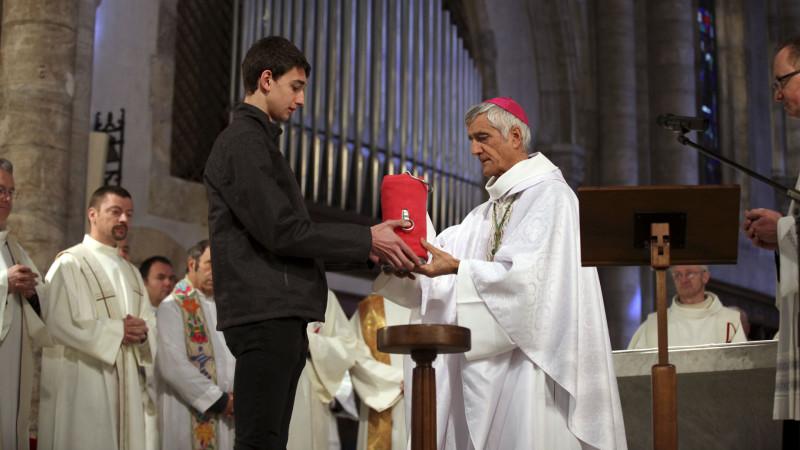 Sion le 24 mars 2016. Messe chrismale. Mgr Lovey reçoit l'huile de l'ordre pour la bénir. (Photo: Bernard Hallet)