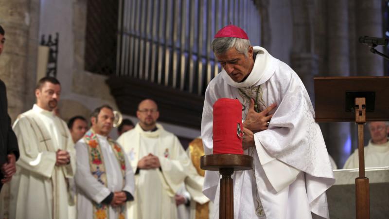 Sion le 24 mars 2016.  Mgr Jean-Marie Lovey s'incline devant l'huile de l'ordre avant de la bénir lors de la messe chrismale du Jeudi saint. (Photo: Bernard Hallet)