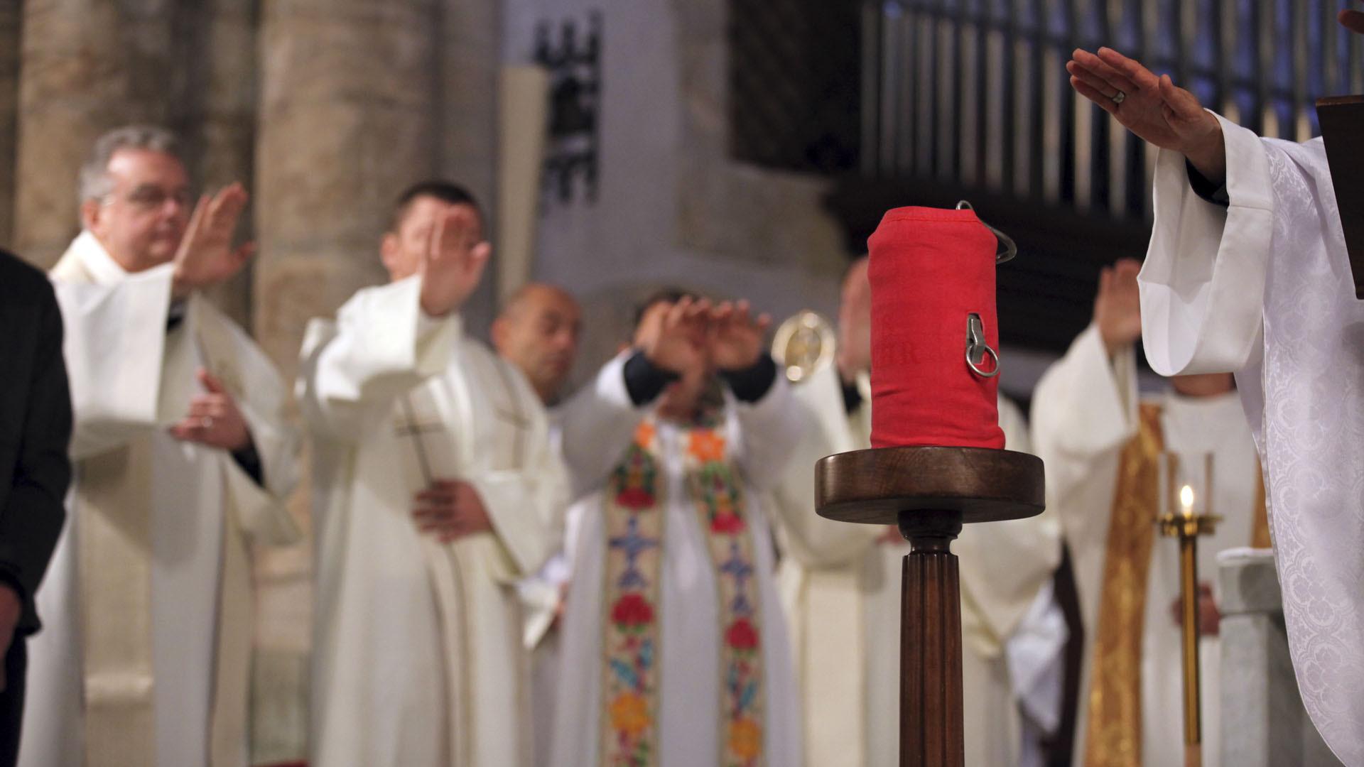 Sion le 24 mars 2016. L'huile de l'ordre est bénie par Mgr Jean-Marie Lovey et les prêtres présents à la messe chrismale à la cathédrale de Sion. (Photo: B. Hallet)