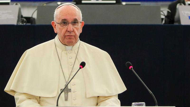 """Le pape, ici lors d'une visite au Parlement européen, s'est dit """"choqué"""" par l'attentat perpétré contre l'hospice des Sœurs de la Charité. (Photo: Flickr/Martin Schulz/<a href=""""https://creativecommons.org/licenses/by-nc-nd/2.0/legalcode"""" target=""""_blank"""">CC BY-NC-ND 2.0</a>9)"""