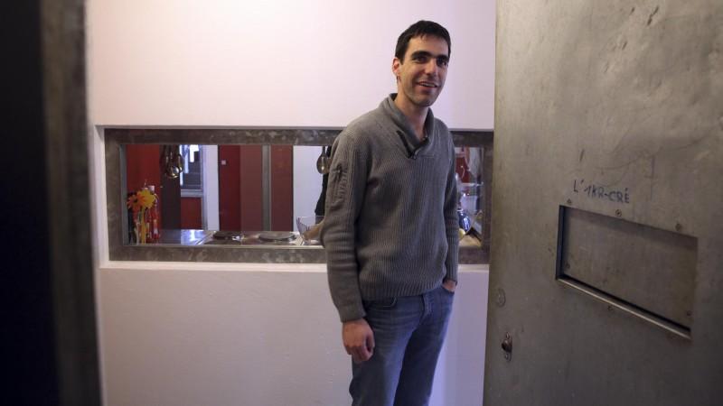 Granges le 22 février 2016. Centre éducatif fermé de Pramont. Jeff Roux, l'aumônier des prisons du diocèse de Sion, en visite dans un quartier du centre. (Photo: B. Hallet)