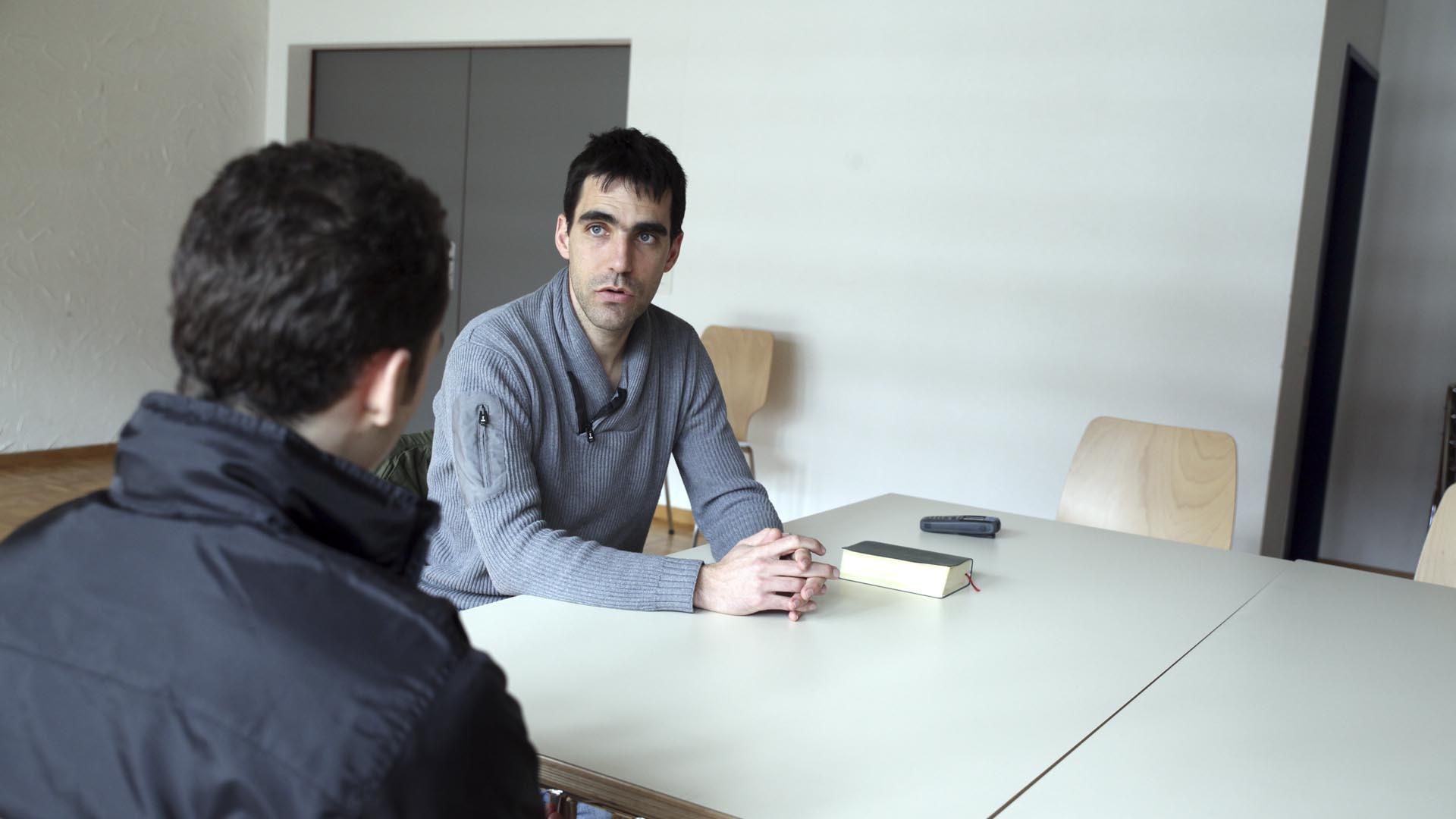 Granges le 22 février 2016. Centre éducatif fermé de Pramont. L'aumônier des prisons Jeff Roux en entretien avec un jeune. (Photo: B. Hallet)