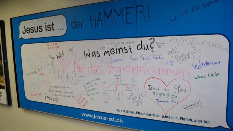 """Campagne d'affichage """"Jésus est...""""  (photo Sylvia Stam)"""