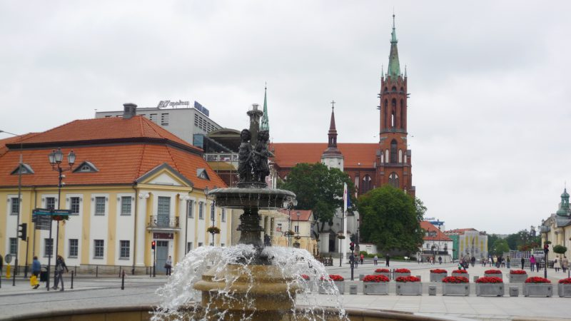 """La place et la cathédrale de Bialystok, dans le nord-est de la Pologne (photo wikimedia commons Fczarnowski <a href=""""https://creativecommons.org/licenses/by-sa/3.0/legalcode"""" target=""""_blank"""">CC BY-SA 3.0</a>)"""