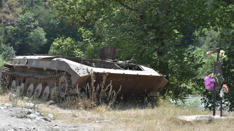 Char arménien détruit sur la frontière du Haut-Karabakh (Photo: Jacques Berset)