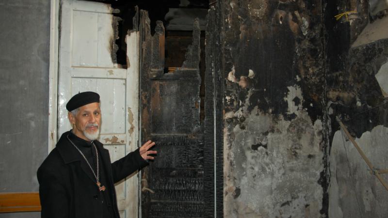 Egypte Mgr Makarios Tewfik, évêque de l'éparchie copte catholique d'Ismaïlia, dans une église incendiée par les islamistes en août 2013 (Photo:  Jacques Berset)