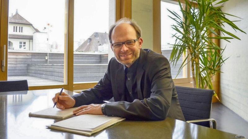 Luc Humbel, président de la RKZ, dans son bureau d'avocat de Brugg (AG) (photo Regula Pfeifer)