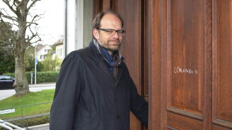 Luc Humbel, président de la RKZ, à la porte de l'église St-Nicolas de Brugg (AG) (photo Regula Pfeifer)