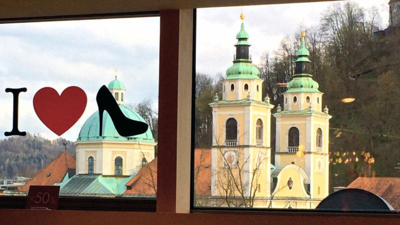 La cathédrale de Ljubljana vue depuis un magasin de chaussures de marque (Photo: Guy Luisier, avril 16)