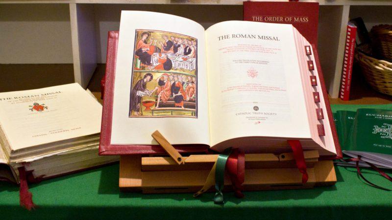 """La version anglaise du Missel, adoptée en 2011, passe mal: la moitié des fidèles et 71% des prêtres la rejettent. (Photo: Flickr/Lawrence OP/<a href=""""https://creativecommons.org/licenses/by-nc-nd/2.0/legalcode"""" target=""""_blank"""">CC BY-NC-ND 2.0</a>)"""