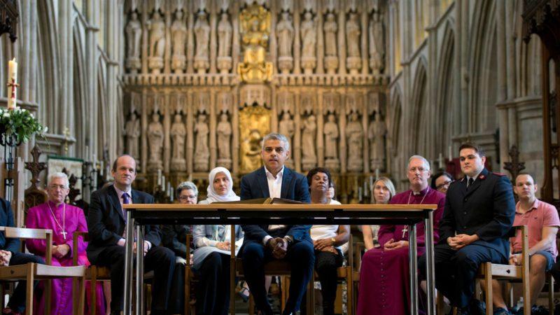 Sadiq Khan a prêté serment à la cathédrale Southwark, à Londres, lors d'une cérémonie multiconfessionnelle. (Photo: Keystone)