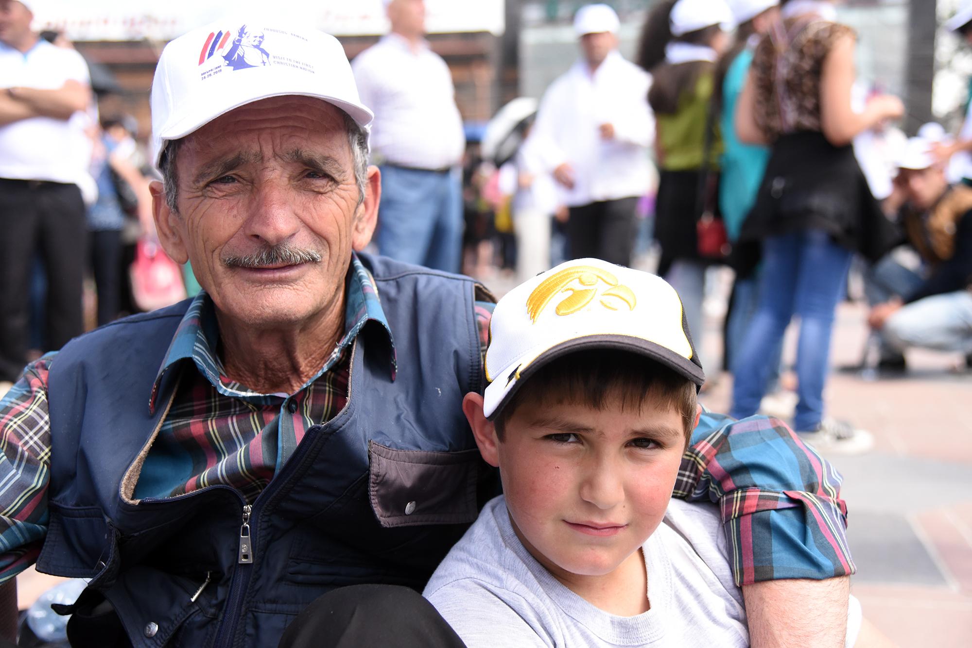 Cet homme et son fils sont venus de Géorgie pour rencontrer le pape à Gumri (Photo: Pierre Pistoletti)