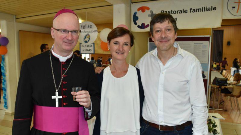 Festival des familles 2016 à Belfaux Mgr Morerod avec le couple Françoise et Bertrand Georges (Photo:  Jacques Berset)