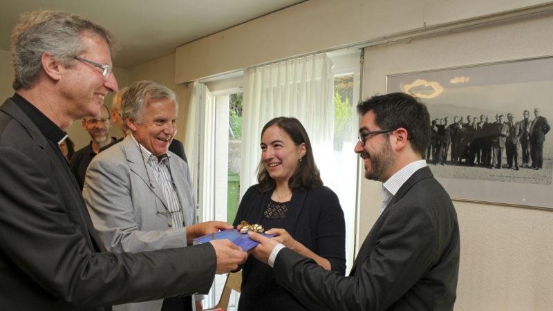 Lausanne le 22 juin 2016. Mgr Alain de Raemy, évêque auxiliaire du diocèse LGF et Marc Savary (à g. ), remettent le prix Good News à Régine et Matthias Rambaud. (Photo: B. Hallet)