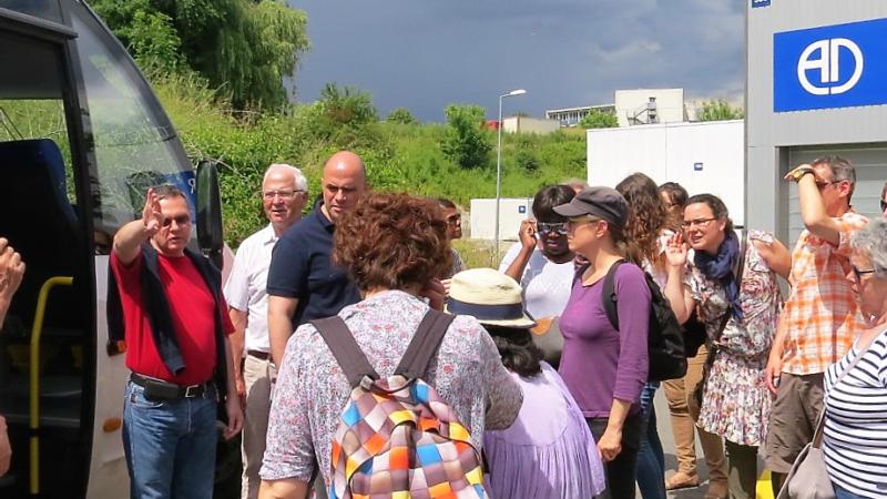 Guislain Roy donne les directives pour la visite du CERN (Photo:Déo Negamiyimana)