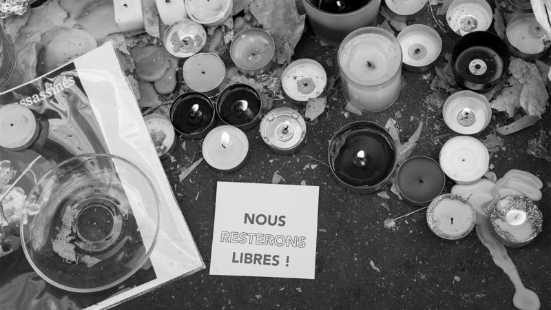 "Novembre 2015, Rue de Charonne, devant le bar la Belle Équipe où 19 personnes ont perdu la vie, Paris (Photo: flickr/mafate69/<a href=""https://creativecommons.org/licenses/by-nc-nd/2.0/legalcode"" target=""_blank"">CC BY-NC-ND 2.0</a>)"