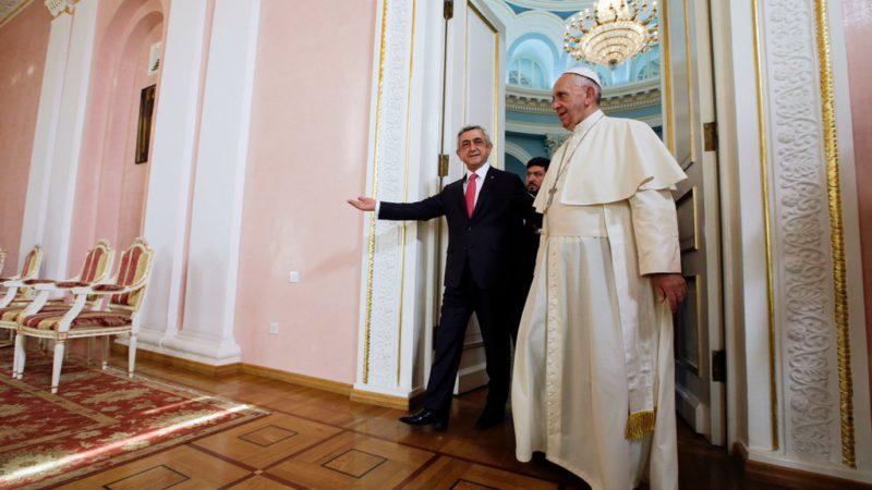 Erevan le 24 juin 2016. Le pape François est reçu par le président arménien Serge Azati Sargsian.  (Photo: Keystone/AP Photo/Andrew Medichini)