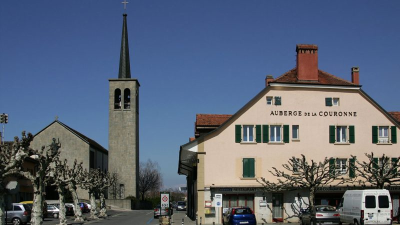 "Echallens (VD) l'église catholique St Jean  et l'auberge de la Couronne (photo wikimedia commons Roland Zumbühl <a href=""https://creativecommons.org/licenses/by-sa/3.0/legalcode"" target=""_blank"">CC BY-SA 3.0</a>)"