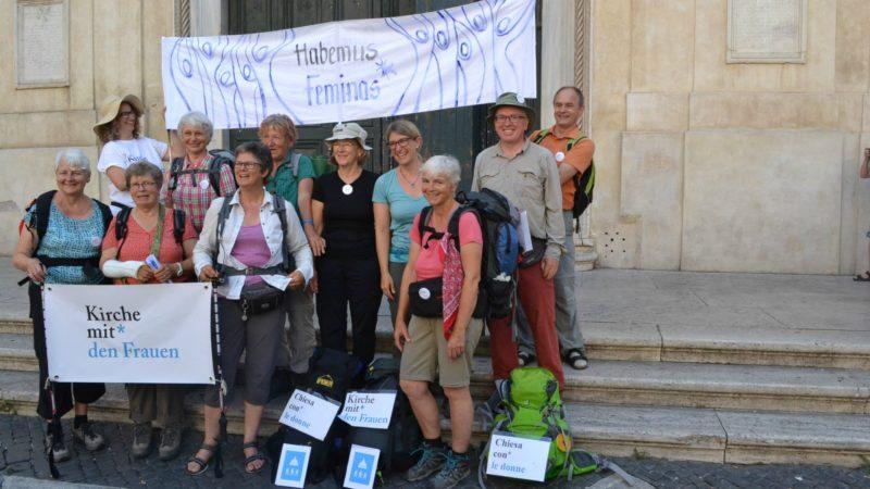 Les neuf marcheurs qui ont effectué le trajet de Saint-Gall à Rome. (Photo: Sylvia Stam)