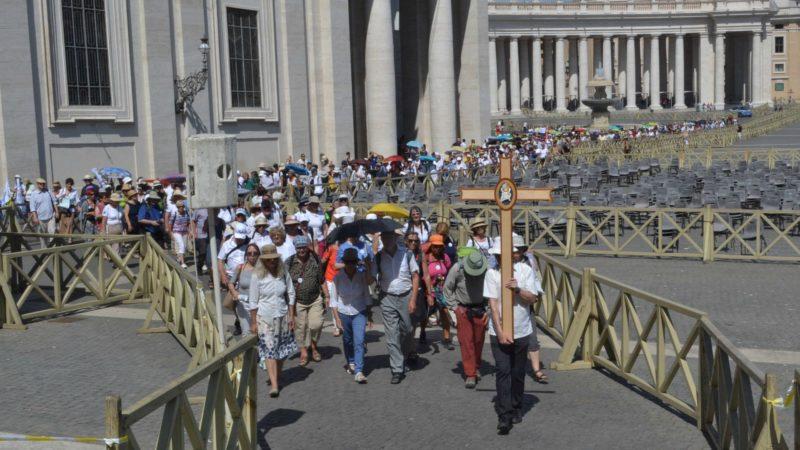 Les pèlerins arrivent au seuil de la basilique Saint-Pierre pour passer la Porte sainte de la miséricorde. (Photo: Sylvia Stam)