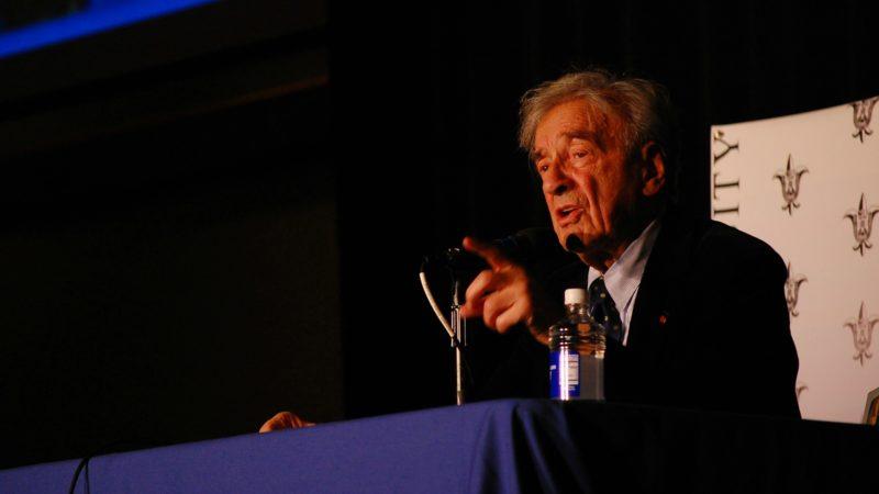 """Elie Wiesel, lors d'une conférence à l'université de Saint- Louis (Missouri), en 2009. (Photo: Flickr/Taylor Spaulding/<a href=""""https://creativecommons.org/licenses/by-nd/2.0/legalcode"""" target=""""_blank"""">CC BY-ND 2.0</a>)"""