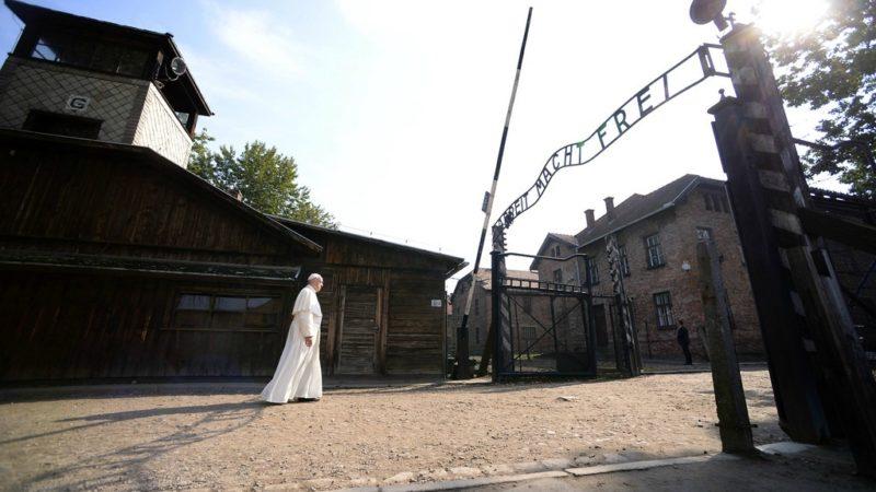 Le pape s'es rendu au camp d'extermination d'Auschwitz où il a prié en silence. (Photo Keystone)