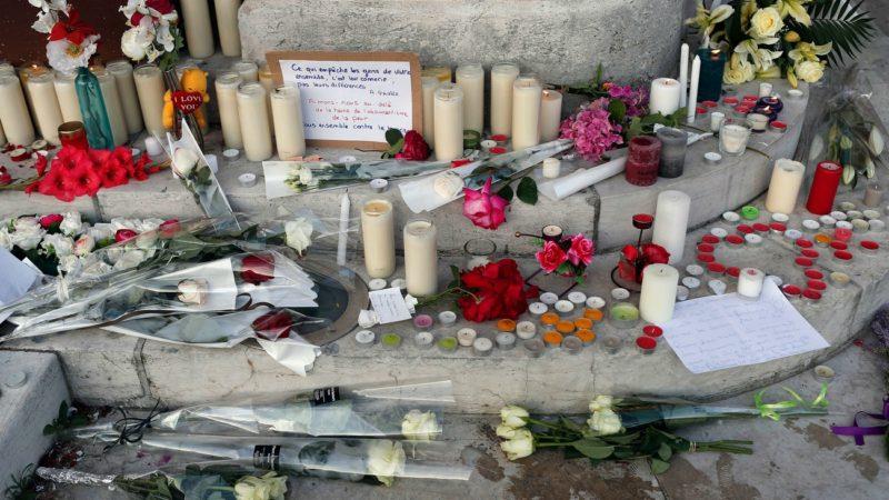 Témoignages de gratitude envers le Père Jacques Hamel, devant l'Eglise de Saint-Etienne-du-Rouvray (Photo:AP François Mori/Keystone)