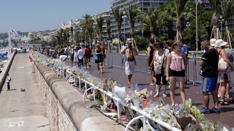 Nice, Promenade des Anglais, fleurs en hommage aux victimes de l'attentat du 14 juillet 2016 (photo Flickr Susan Smith)