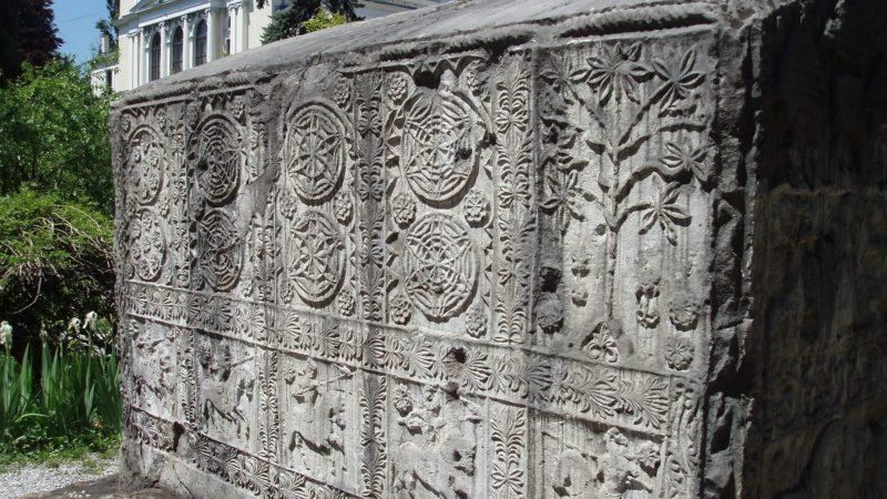 Stećak, une tombe médiévale en Bosnie (photo lorna of arabia)